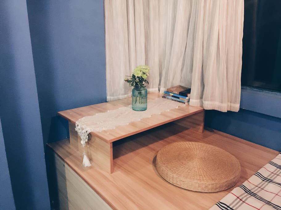 这个榻榻米够大得可以放下一张桌子,可以看书,写字,甚至禅修,随你