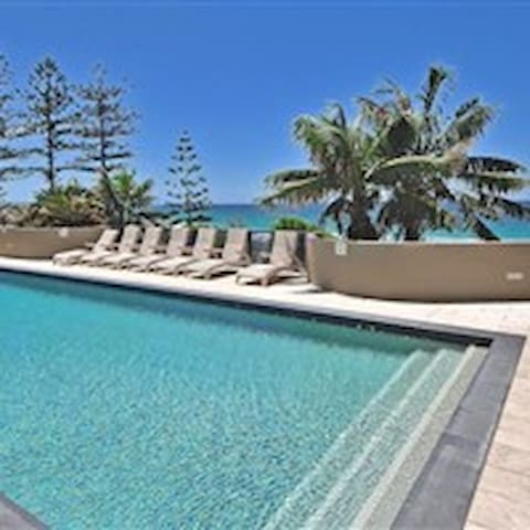 Coolum resort bedroom with ocean view/pool/spa/gym - Coolum Beach
