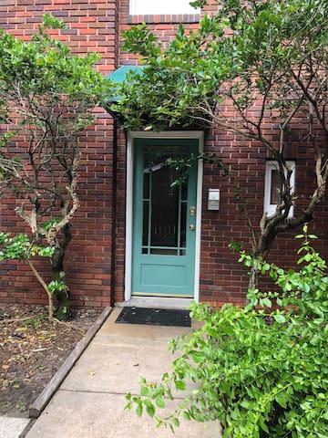 Brunswick Carriage House~Penthouse Suite Apartment