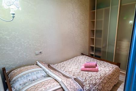 Спальная зона в нише за стеклянной перегородкой. Ширина спального места кровати 140 см.