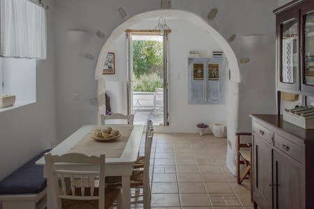 Traditional whitewashed House with private garden!