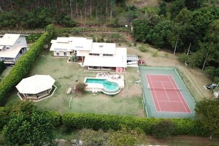 Casa na Represa com quadra de tênis - Piracaia