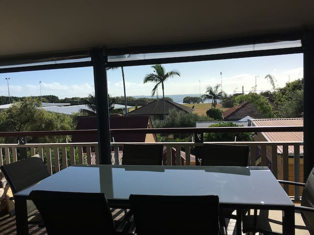 Beautiful Bayside family home with water views - Wynnum - Casa