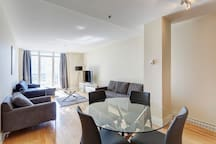 507  De La Montagne · ☆ Spacious Apartment in ♥ of City up to 6 guests