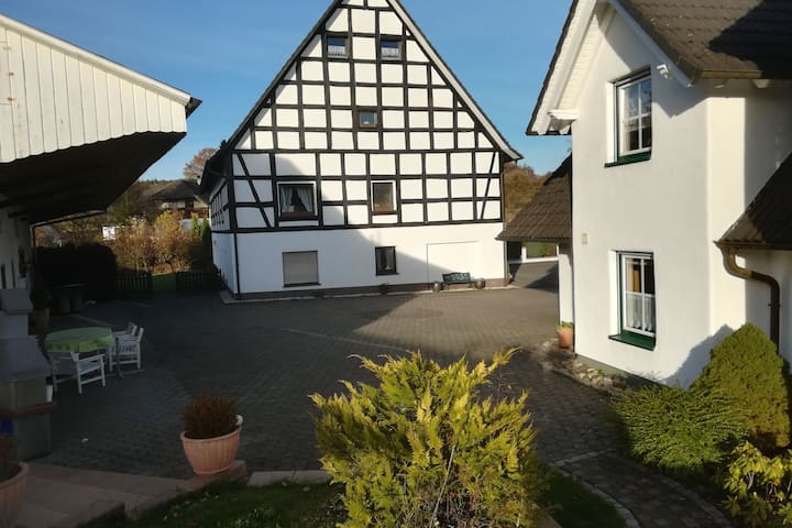 Appartement de vacances idyllique avec grand jardin et piscine dans le Sauerland