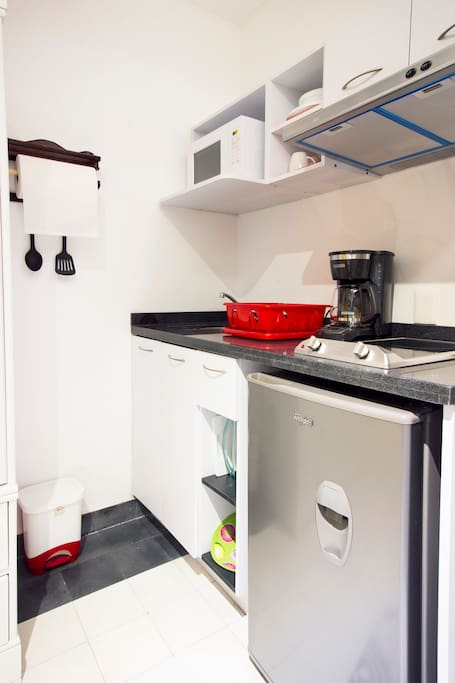 Estufa eléctrica, frigobar, horno de microondas y cafetera. Servicio para 4 personas