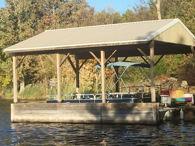 Lakeside Ranch Lodge  (O'Daniels  Hunt fish boat)