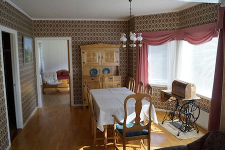 Familyfriendly, large outdoor place - Stordal - Casa