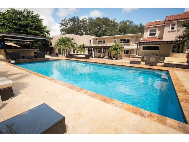 Double suite upstairs w/ pool, jacuzzi and grill! - North Miami