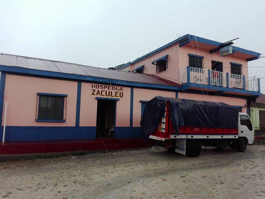 Vista entrada a Hospedaje Zaculeu