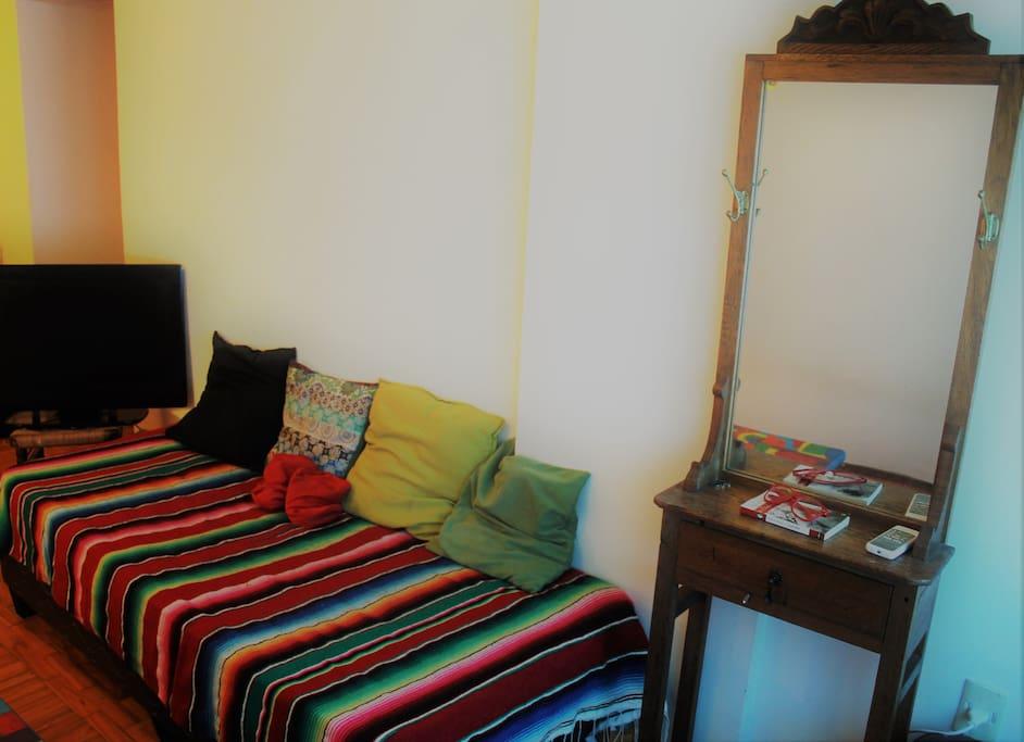 Salón con 2 camas individuales,