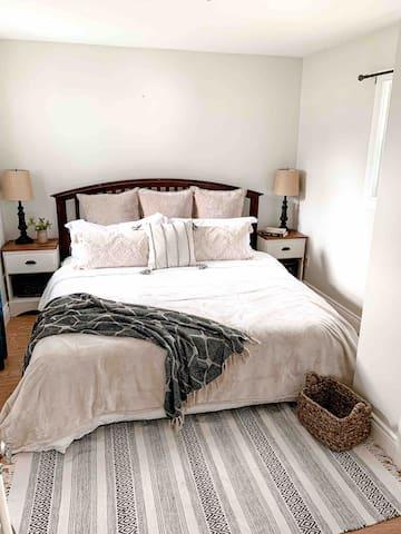 Back bedroom with king memory foam mattress.