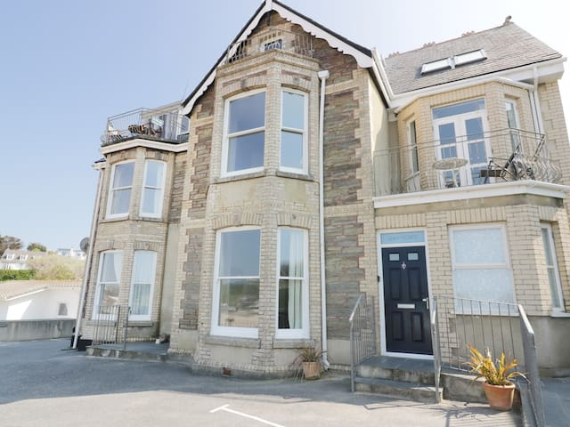SEASHORE HOUSE, family friendly, with a garden in Porth, Ref 981047