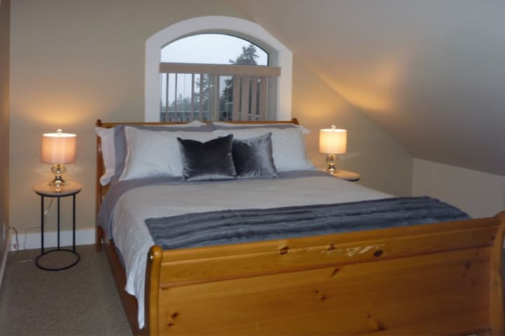 Separate bedroom with Queen bed and super comfy ObusForme mattress