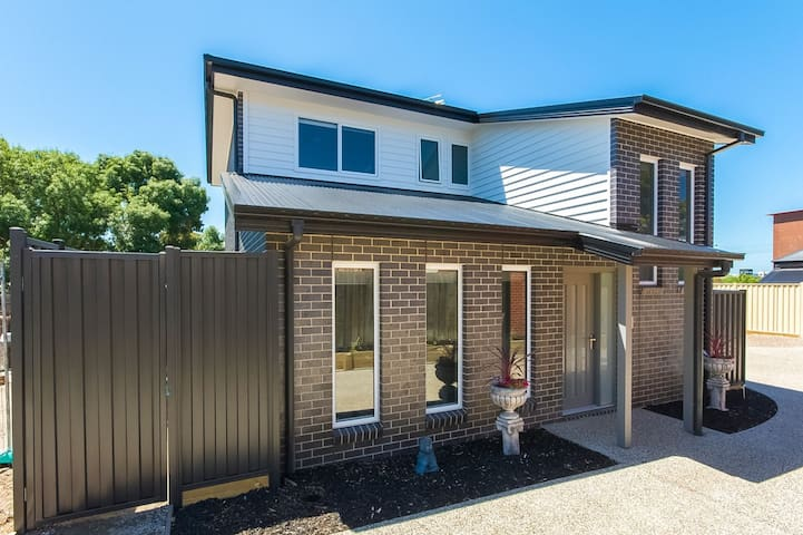 Centre of everything-Geelong - Geelong West - Townhouse