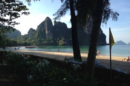 Thai teak house set on one unique beautifull beach - Krabi - 独立屋