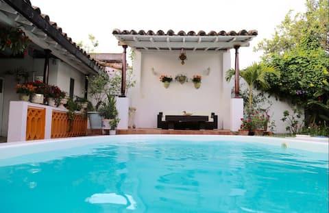 Céntrica casa con alberca privada y jardín.