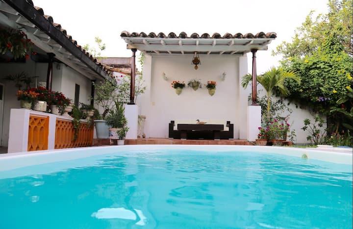 Céntrica casa, alberca privada, jardín y cochera.