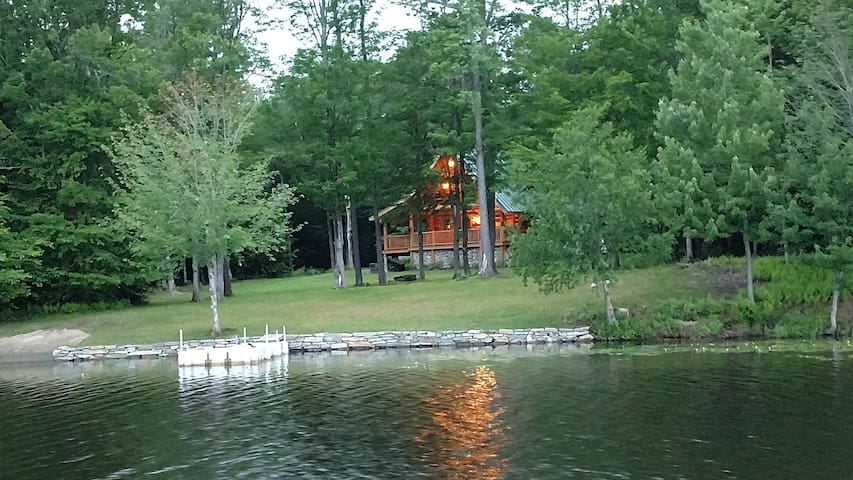 Lake front log cabin close to Mount snow