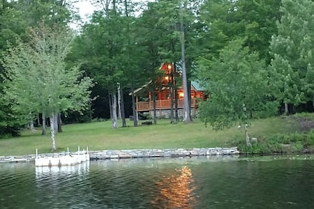 Lake front log cabin close to Mount snow