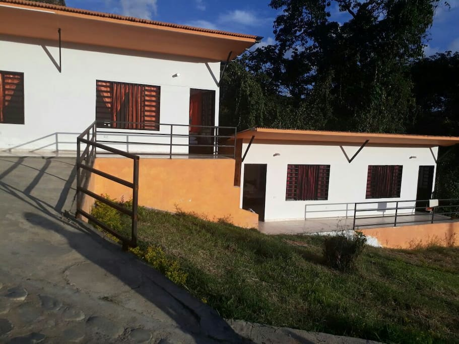Cuatro habitaciones, cada una con 1 cama doble, 2 semidobles, baño privado y TV.
