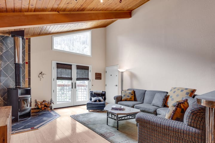Stylish Condo with WiFi, just a stroll to Ski Lifts