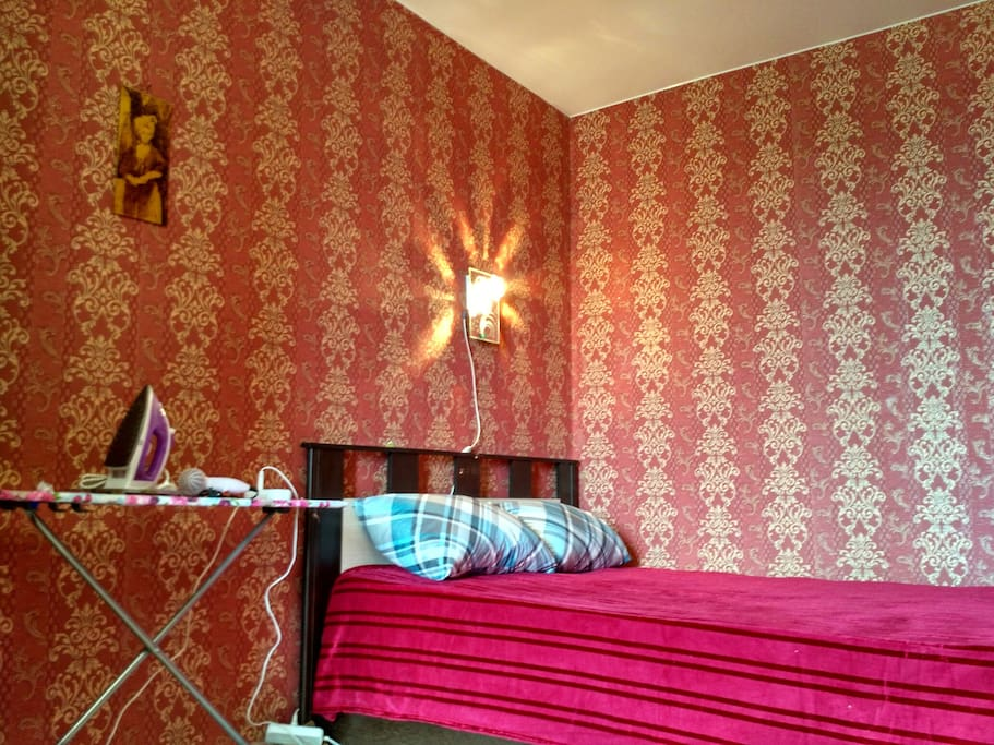 Кровать расположена в уютном алькове