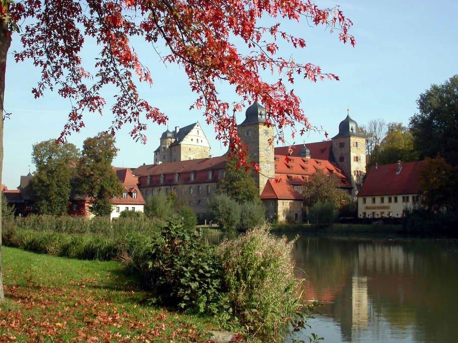 Thurnauer Schloss mit Schlossweiher liegen romantisch im Ortskern.