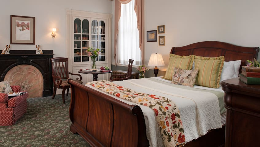 Carlisle House Bed and Breakfast - English Library