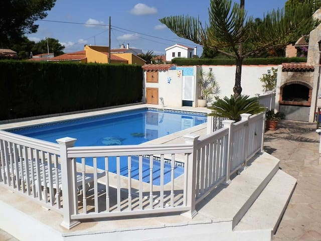 CASA RAIMUNDO,Ideal house for your holidays near the sea, air conditioning, rivate pool, pets allowed, dog's beach.