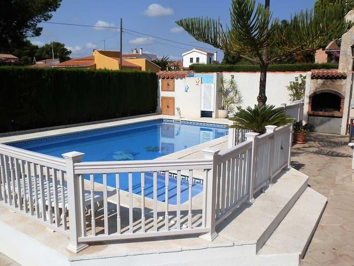 CASA RAIMUNDO,Idéal pour vos vacances,proche de la mer,wifi gratuit,air climatisé,piscine privée,animeaux de compagnie autorisés,plage pour chiens