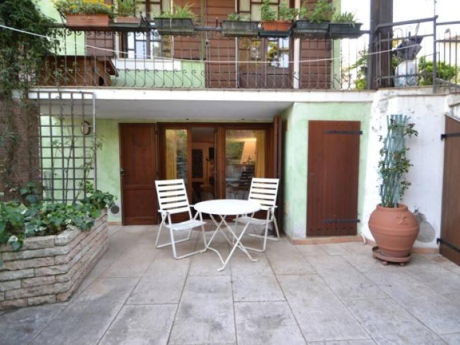Ingresso indipendente appartamento con ampio plateatico frontale e vista giardino.