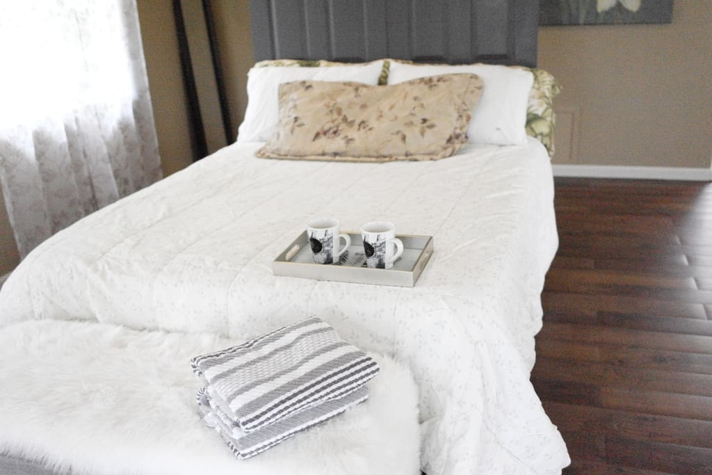 #leilanilavahouse  Queen size bed とエアーベットが使用できます。家族と一緒にくつろげます。