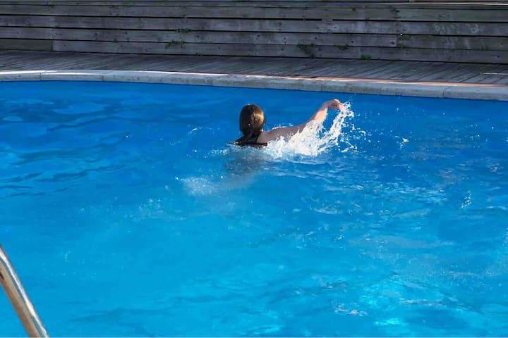 Lille sommerbolig med havkig. Fælles pool. Allinge