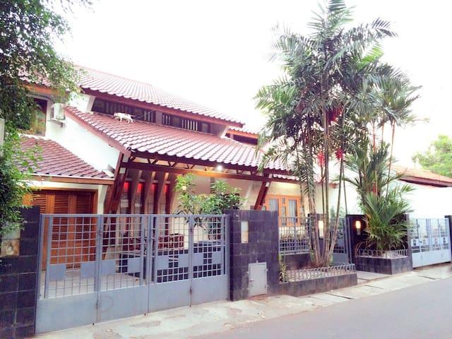 4 BR for 10 (incl. Breakfast+WiFi) - West Jakarta - Bed & Breakfast