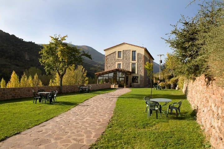 Habitación de Matrimonio con vistas al jardín en la Calera