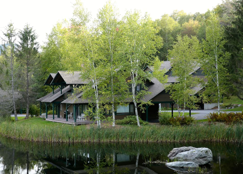Tucked away next to mountain pond waters and stunning skiing and hiking trails