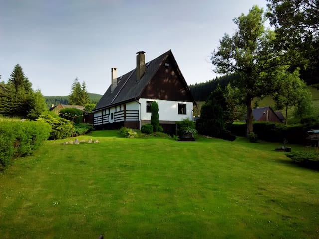 Holiday cottage with large garden - Zlaté Hory - Hus