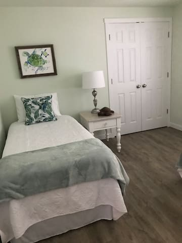 Second Bedroom w. twin beds