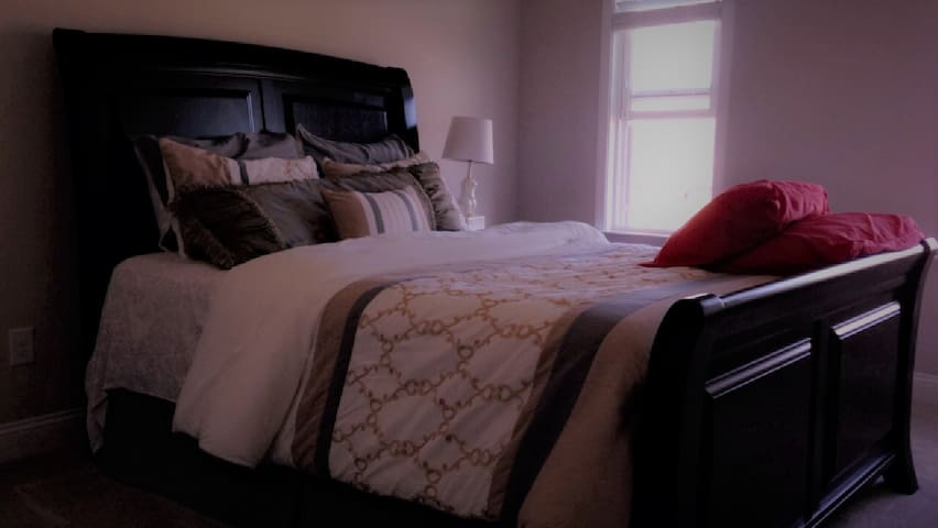 Beautiful Queen Bed & Private Bath 5 min to Outlet - Charlotte - House