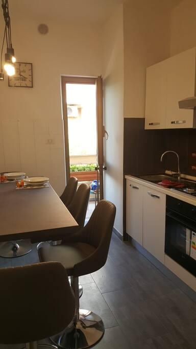 Cucina e vista del balconcino