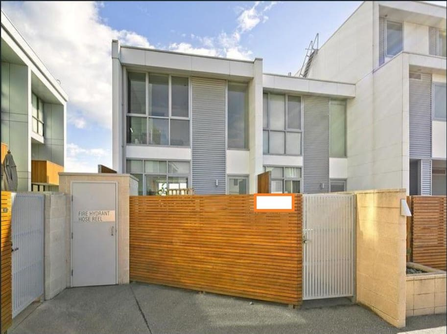 Large group hfn melbourne waterfront townhouse - Maison entrepot melbourne en australie ...