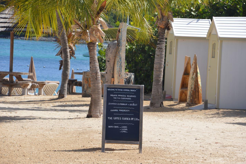 plage et restaurant d'Anse Marcel, 1 mn à pied du logement