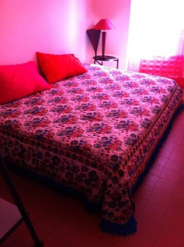 Chambre avec lit 2 places + secrétaire avec tiroir de rangement