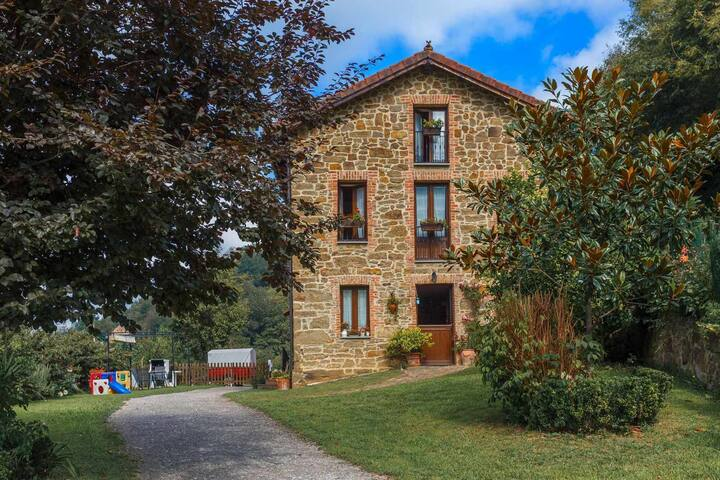 YourHouse Casa La Escuela, house in the hills of Asturias, for 12 guests