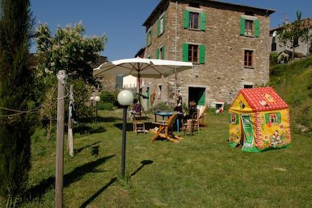 Tipica casa nel verde a due passi dalla Storia - Bardi - วิลล่า