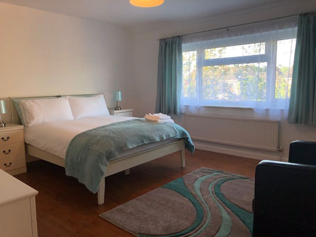 Clean & Cozy King size room with parking