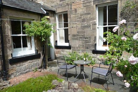 Spacious villa with private parking, sunny garden