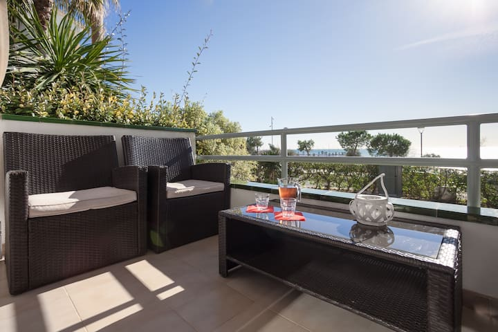 Amazing frontline, 2 DBL bed, pool and balcony.