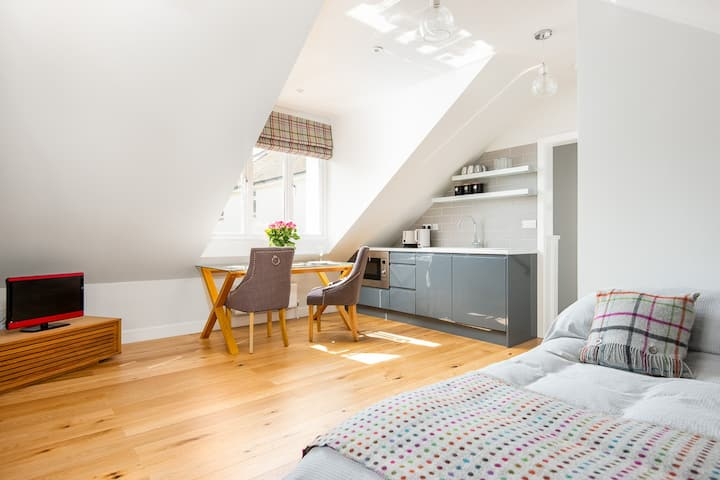 'The Attic' Stunning contemporary private studio